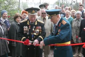 """П.Я.Колычев (справа), А.А.Жирохов (слева) и С.С.Сокол (в центре) открывают """"Музей истории города Лобня"""""""