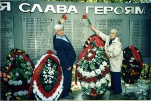 Александра Иосифовна Улитина с мужем Юрием Федоровичем на могиле своего отца - Иосифа Александровича Жердева