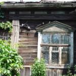 Окно на левой части фасада монастырского дома