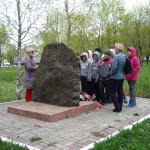 Памятный камень, установленный вблизи противотанкового рва