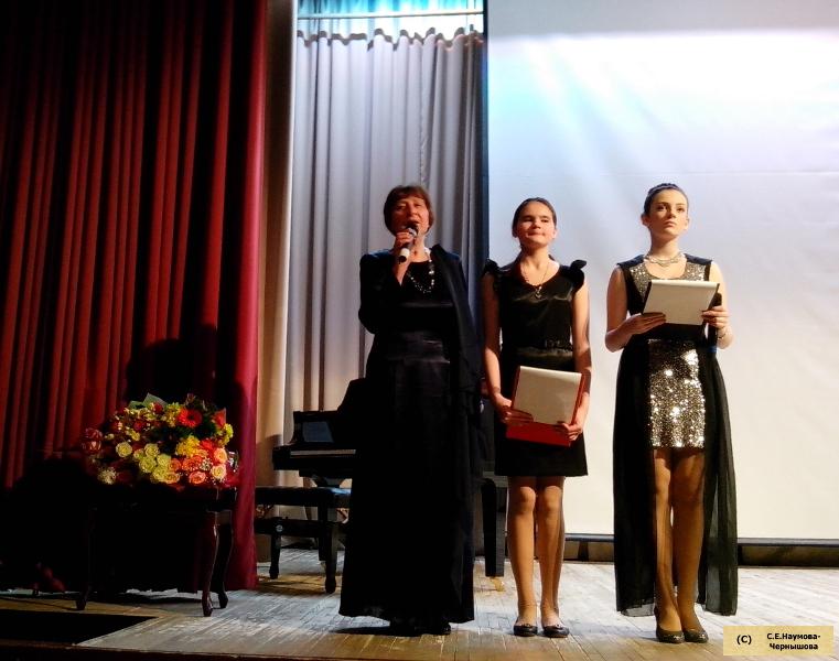 Г.И.Бойцова с ведущими вечера – ученицами театрального отделения школы искусств