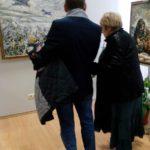 Л.Н.Васильева знакомится с работами художницы О.Симоновой