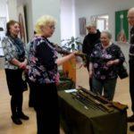 В руках у гостей галереи - подлинные образцы оружия Великой Отечественной